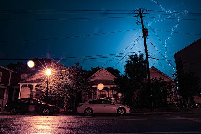 Prognoza pogody na najbliższe lata - więcej burz. Ochroń swoją domową i biurową sieć elektryczną za pomocą ogranicznika przepięć