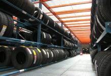 Efektywne składowanie towarów: regały półkowe